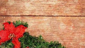 Décoration de Noël sur le bois combiné avec la neige en baisse banque de vidéos