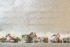 Décoration de Noël sur le fond argenté de scintillement Photos stock