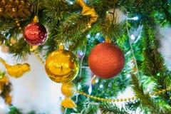 Décoration de Noël sur le pin avec le bokeh léger sur le fond la nuit Photos stock