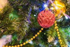 Décoration de Noël sur le pin avec le bokeh léger sur le fond la nuit Images stock