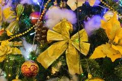 Décoration de Noël sur le pin avec le bokeh léger sur le fond la nuit Images libres de droits