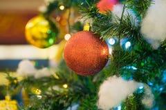 Décoration de Noël sur le pin avec le bokeh léger sur le fond la nuit Photographie stock libre de droits