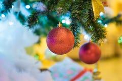 Décoration de Noël sur le pin avec le bokeh léger sur le fond la nuit Photos libres de droits