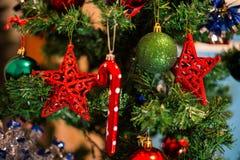 Décoration de Noël sur le sapin, étoile rouge accrochant comme la décoration dessus Photos stock