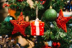 Décoration de Noël sur le sapin, étoile rouge accrochant comme la décoration dessus Images stock