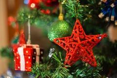 Décoration de Noël sur le sapin, étoile rouge accrochant comme la décoration dessus Photographie stock libre de droits