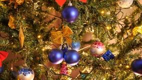 Décoration de Noël sur un arbre avec des guirlandes de clignotement banque de vidéos