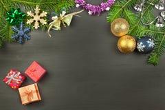 Décoration de Noël sur un panneau en bois Fond de Noël Arbre de sapin de Noël avec la décoration sur un conseil en bois Image libre de droits