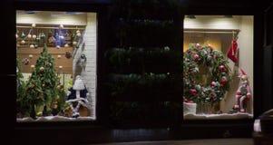 Décoration de Noël sur une fenêtre de boutique Poupée du père noël, arbre de Noël, chaussette, guirlande de vacances, renne du `  Photos stock