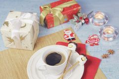 Décoration de Noël de table de petit déjeuner avec la tasse de café et les cerfs communs faits main de sucreries de guimauve Photos stock
