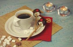Décoration de Noël de table de petit déjeuner avec la tasse de café et les cerfs communs faits main de sucreries de guimauve Photo stock