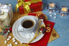 Décoration de Noël de table de petit déjeuner avec la tasse de café et les cerfs communs faits main de sucreries de guimauve Image libre de droits