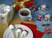 Décoration de Noël de table de petit déjeuner avec la tasse de café et les sucreries faites main de guimauve Photographie stock libre de droits