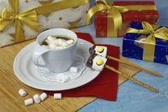 Décoration de Noël de table de petit déjeuner avec la tasse de café et les sucreries faites main de guimauve Images libres de droits
