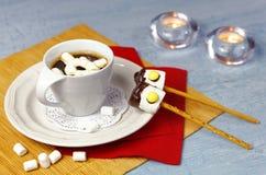 Décoration de Noël de table de petit déjeuner avec la tasse de café et les sucreries faites main de guimauve Photo stock