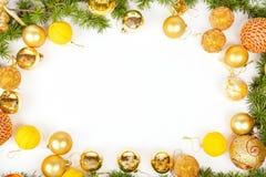 Décoration de nouvelle année avec le pin ou le sapin et beaucoup d'ornements b de jaune Photo stock