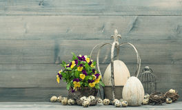Décoration de Pâques avec des oeufs et des fleurs de pensée Photographie stock libre de droits