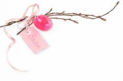 Décoration de Pâques avec la branche rose d'oeufs et de ressort Photographie stock libre de droits