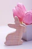Décoration de Pâques avec le lapin en bois Photos libres de droits