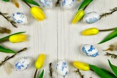 Décoration de Pâques dans le style de decoupage sur le fond en bois blanc Image libre de droits