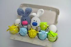 Décoration de Pâques - lapins de Pâques dans une boîte d'oeufs Photos stock