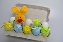 Décoration de Pâques - lapins de Pâques dans une boîte d'oeufs Image libre de droits