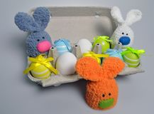 Décoration de Pâques - lapins de Pâques dans une boîte d'oeufs Images libres de droits