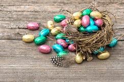 Décoration de Pâques Oeufs de chocolat colorés images stock