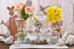 Décoration de Pâques sous le dôme en verre sur la table photo libre de droits