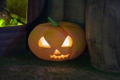 Décoration de potiron de Halloween la nuit Potirons lumineux image stock