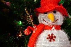 Décoration de poupée du père noël de bonhomme de neige avec le petit klaxon, Joyeux Noël Image stock
