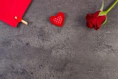 Décoration de rose de rouge, de coeur et de lettre d'amour pour le jour de valentines, l'espace de copie pour le texte Photos libres de droits