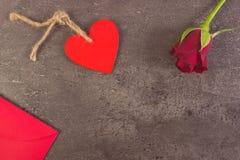Décoration de rose de rouge, de coeur et de lettre d'amour pour le jour de valentines, l'espace de copie pour le texte Photographie stock libre de droits