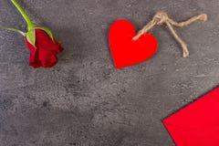 Décoration de rose de rouge, de coeur et de lettre d'amour pour le jour de valentines, l'espace de copie pour le texte Photo libre de droits