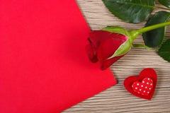 Décoration de rose de rouge, de coeur et de lettre d'amour pour le jour de valentines, symbole de l'amour Photographie stock