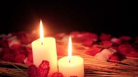 Décoration de Saint Valentin de longueur avec la combustion et les pétales de bougie banque de vidéos