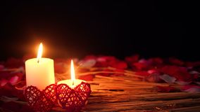 Décoration de Saint Valentin de longueur avec la combustion et les pétales de bougie clips vidéos