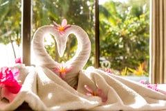 Décoration de serviette dans la chambre d'hôtel, oiseaux de serviette, interio de pièce Photographie stock