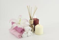Décoration de station thermale avec des bougies, des serviettes et la bouteille d'huile d'aromatherapy Image stock