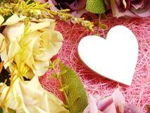 Décoration de symbole de coeur avec la fleur artificielle de roses Images libres de droits