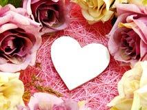 Décoration de symbole de coeur avec la fleur artificielle de roses Photo libre de droits