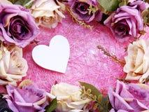 Décoration de symbole de coeur avec la fleur artificielle de roses Image stock