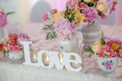 Décoration de table de mariage avec des fleurs Images stock