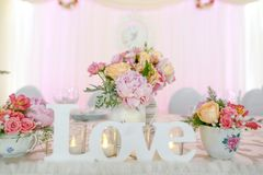 Décoration de table de mariage avec des fleurs Photographie stock libre de droits