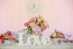 Décoration de table de mariage avec des fleurs Images libres de droits