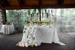 Décoration de table de mariage Fleurs de mariage en jaune image libre de droits