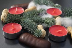 Décoration de table de Noël avec la bougie et le sapin Images libres de droits