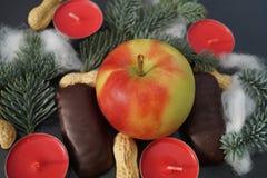 Décoration de table de Noël avec la bougie et le sapin Photo libre de droits