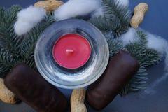 Décoration de table de Noël avec la bougie et le sapin Photographie stock libre de droits