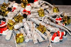 Décoration de table de Noël avec petites Santa Images stock